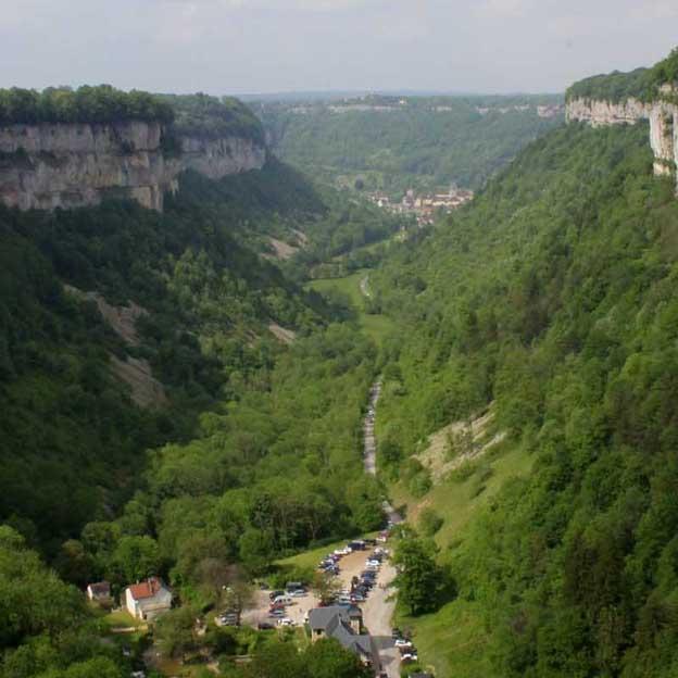 Baume Les Messieurs se niche au milieu de trois reculées typiques du paysage jurassien.